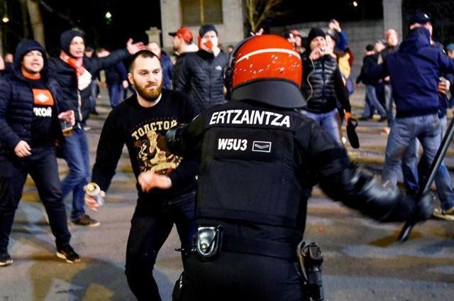 Một cảnh sát đã thiệt mạng trong cuộc bạo động.