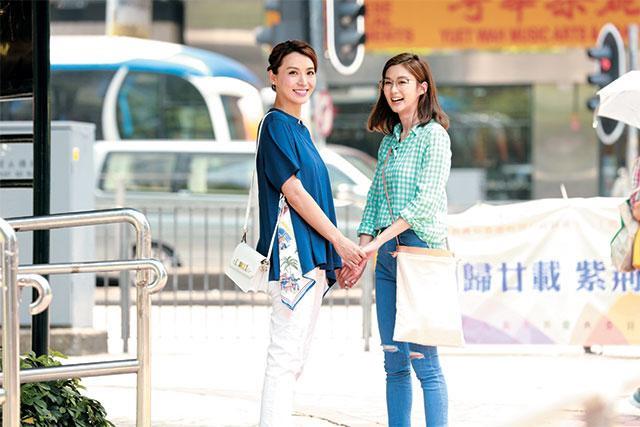 Sầm Lệ Hương và Trần Vỹ trong phim, ở ngoài đời cả hai cũng giữ mối quan hệ chị em thân thiết