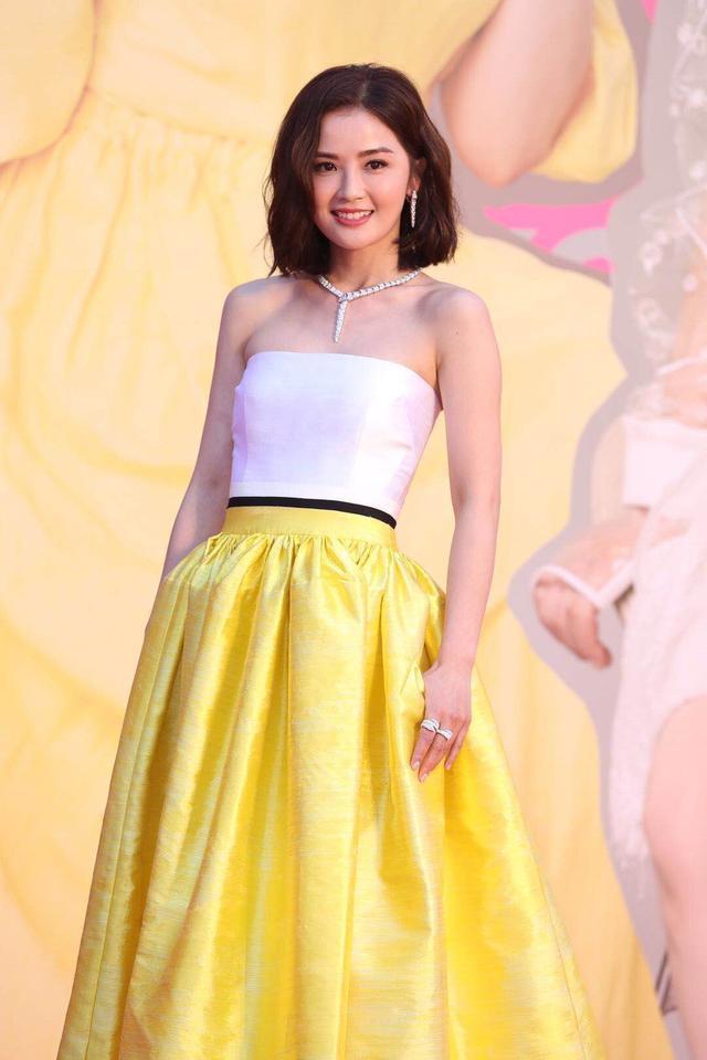 Thái Trác Nghiên xinh đẹp với bộ váy màu vàng rực rỡ, điểm xuyến bởi màu trắng ở phần thân trên.