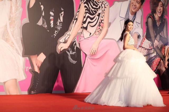 Dù là diễn viên mới nhưng cô diện trang phục nổi bật.