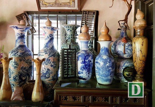 Bên trong căn nhà cũng bài trí nhiều đồ cổ có giá trị về mặt văn hóa, niên đại như: chum, chậu, bình sứ, bát sứ… Ngoài ra, gia chủ còn trưng bày một không gian đồ thổ cẩm, vải vóc, tơ lụa.