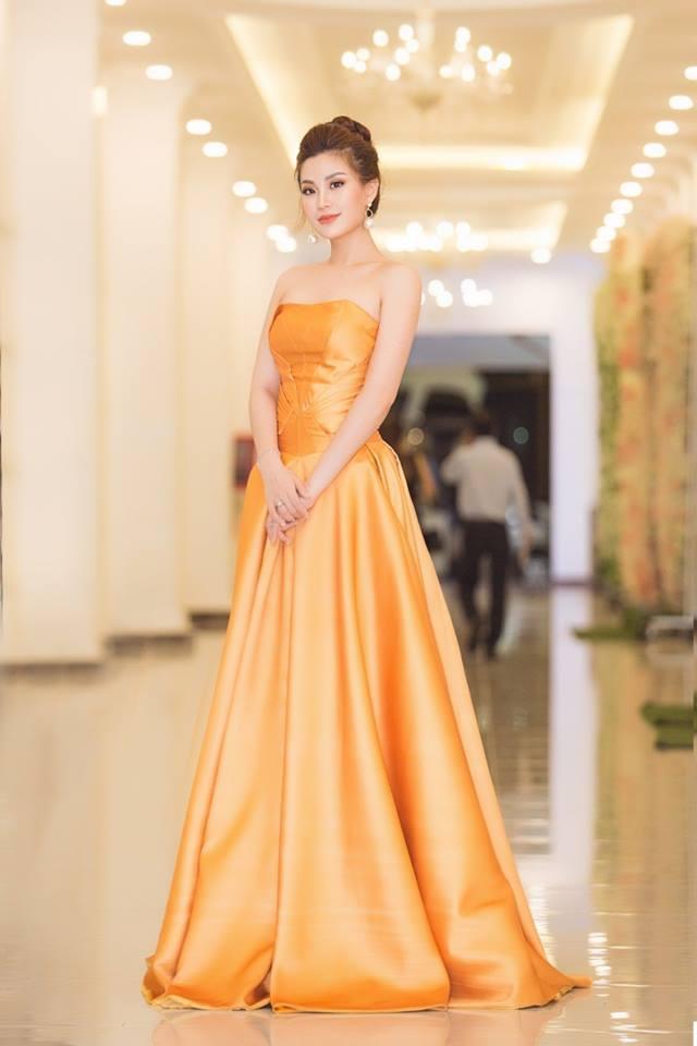 Diệnchiếc váy ngắn bồng bềnh, tông màu cam bắt mắt, người đẹp mang đến hình ảnh đẹp mơ màng với làn da trắng ngần cùng nét trưởng thành hơn sau 4 năm đăng quang á hậu Việt Nam.