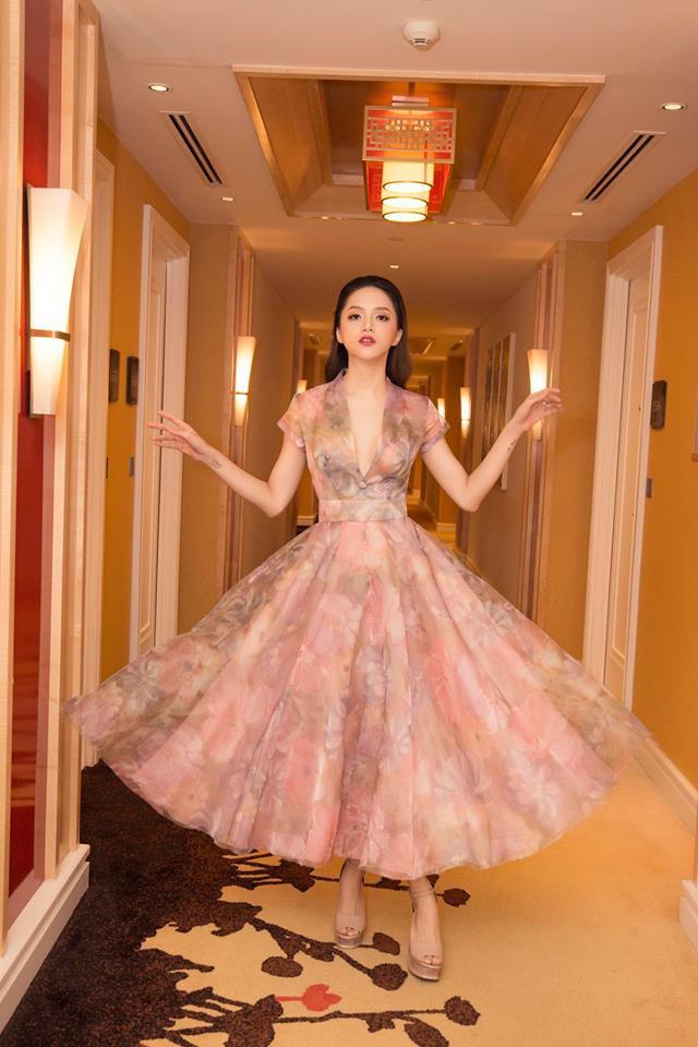 """Cứ hễ diện váy xòe công chúa thì Hương Giang lại có cách """"bung lụa"""" riêng của mình. Kiểu tạo dáng hất nhẹ tà váy, cùng hai cánh tay đưa nhẹ sang hai bên dường như trở thành """"thương hiệu"""" của Hương Giang gần đây."""
