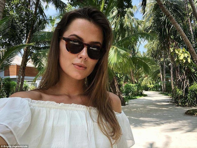 Cô gái chia sẻ hình ảnh du lịch ở Maldives.