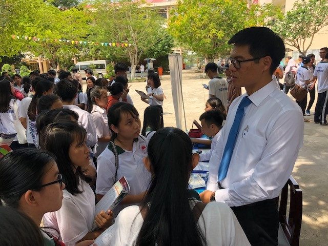 Đại diện Trường ĐH Khoa học xã hội và nhân văn (Quốc gia TP.HCM) giải đáp băn khoăn cho thí sinh. Ảnh: HÀ ÁNH