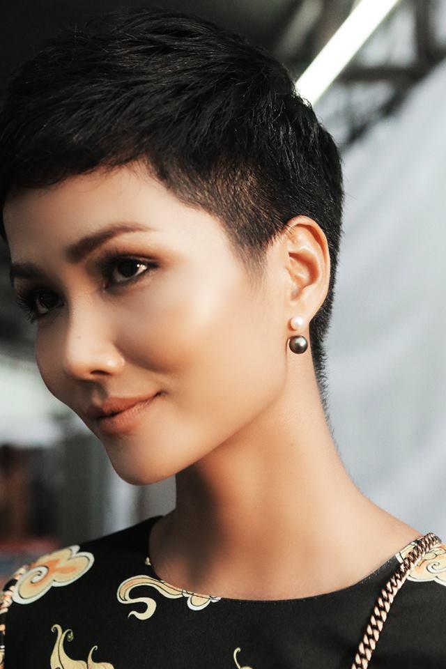 Hoa hậu Hoàn vũ Việt Nam – H'Hen Niê khoe nước da nhẵn bóng cùng điểm nhấn vào đôi mắt.