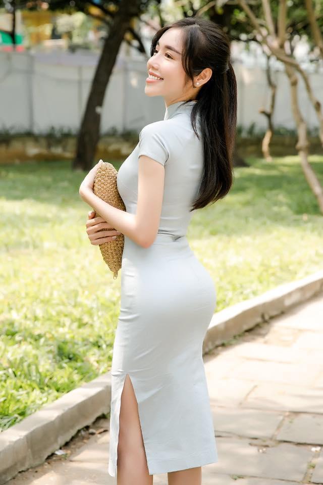 Dù đã là bà mẹ 2 con nhưng Elly Trần vẫn khiến chị em phải ngưỡng mộ với thân hình chuẩn từng cm của mình