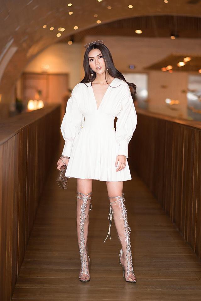 Tường Linh xuất hiện quyến rũ và sắc sảo với tông trang điểm dành cho cô nàng party.