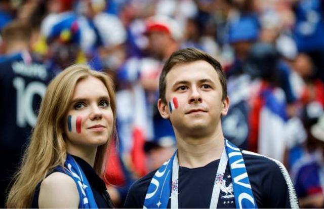 Lần cuối ngắm dung nhan của các bóng hồng tuyển Pháp và Croatia tại World Cup 2018 ảnh 0