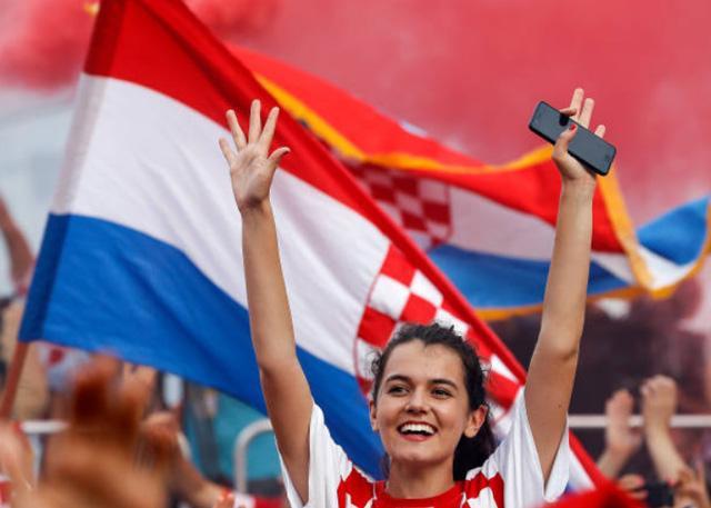 Lần cuối ngắm dung nhan của các bóng hồng tuyển Pháp và Croatia tại World Cup 2018 ảnh 7
