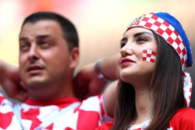Lần cuối ngắm dung nhan của các bóng hồng tuyển Pháp và Croatia tại World Cup 2018 ảnh 8