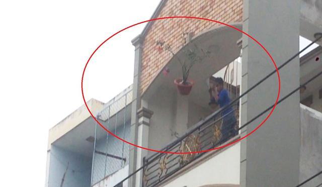 Người đàn ông này ném một chậu hoa lớn xuống đường. Ảnh: Dân Trí.