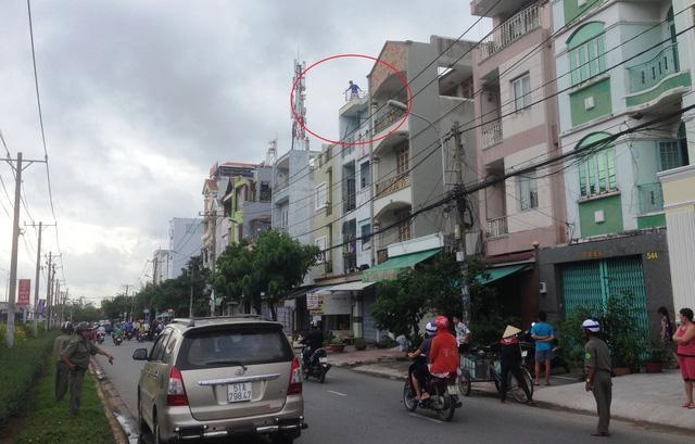 Sau khi cầm dao rượt chém vợ, người đàn ông leo lên tầng các tòa nhà khác đập phá đồ đạc. Ảnh: Dân Trí.