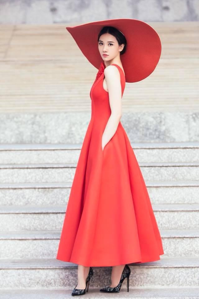 Nữ ca sĩ biến tấu đầy mới mẻ theo phong cách Tây Âu, mang lại một hình ảnh sang trọng quý phái.