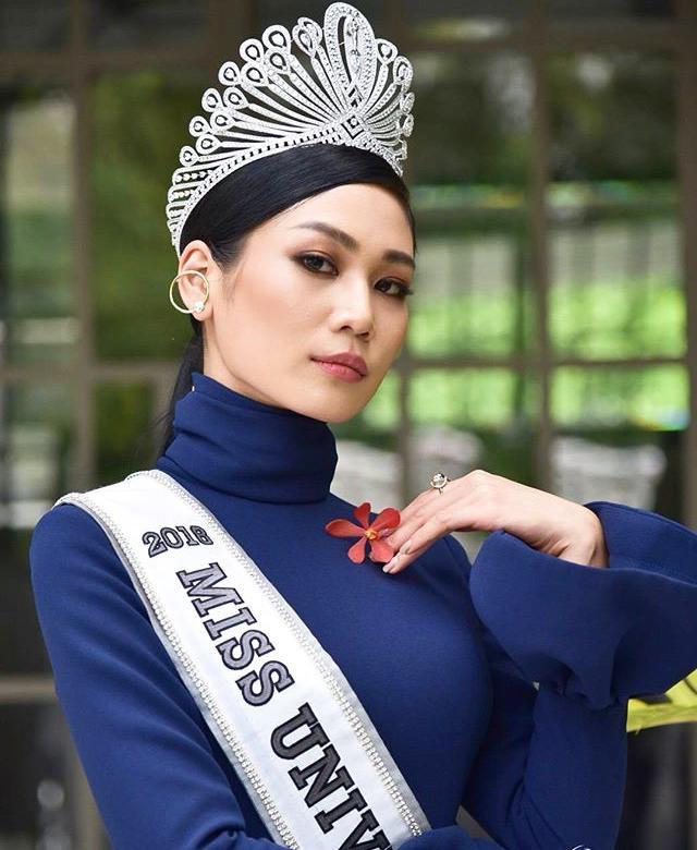 Biểu cảm và tạo dáng khi mới đăng quang vẫn còn sến và gượng gạo của đại diện Thái Lan 2018