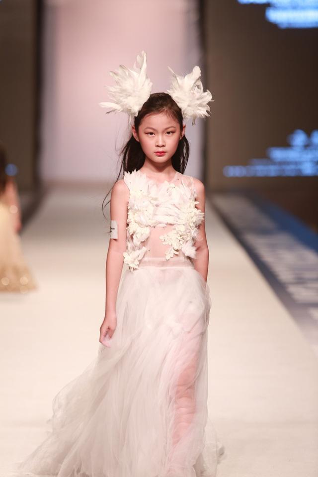 Ngô Dịch Huyên mang hai dòng máu lai Việt Nam – Trung Quốc tạo ấn tượng với đối phương ngay từ cái nhìn đầu bởi thần thái, gương mặt đậm chất thời trang.