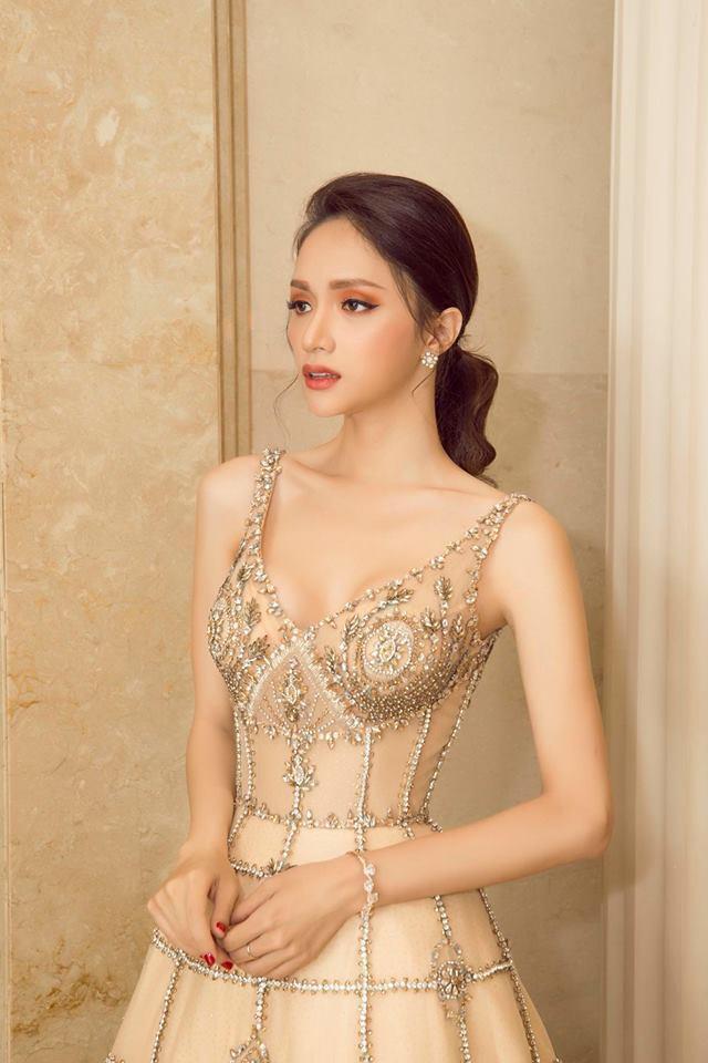 Hoa hậu Hương Giang đẹp bất chấp với khuôn mặt v-line thanh thoát, thu hút mọi ánh nhìn mỗi khi cô xuất hiện