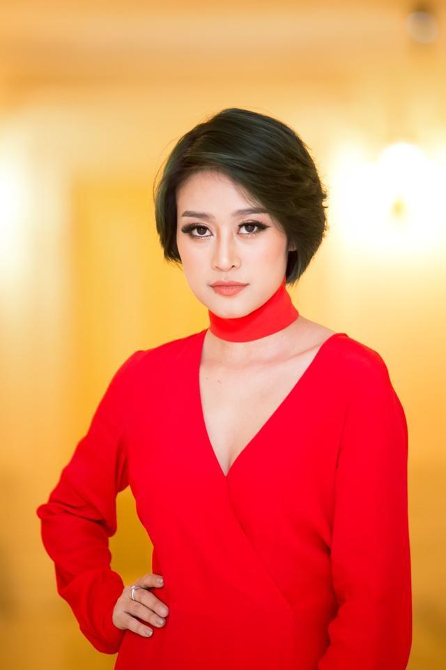 MC Phí Linh từng gặp sự cố vì trang phục vướng víu.