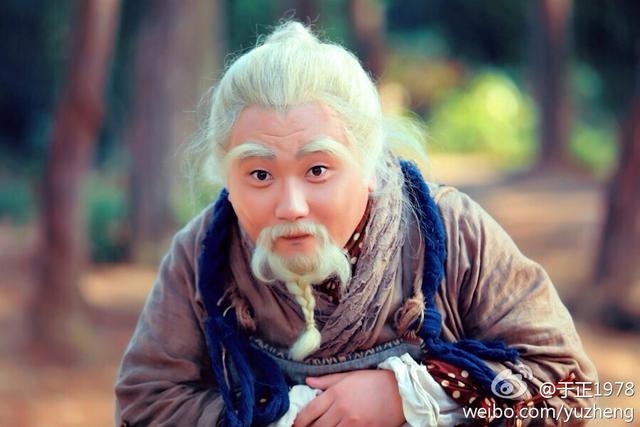 Lão Ngoan Đồng Chu Bá Thông ở phiên bản nào cũng mũm mĩm. Suốt ngày ăn chơi, chọc phá người khác, loanh quanh chơi với con rùa Độc Cô Cầu Bại