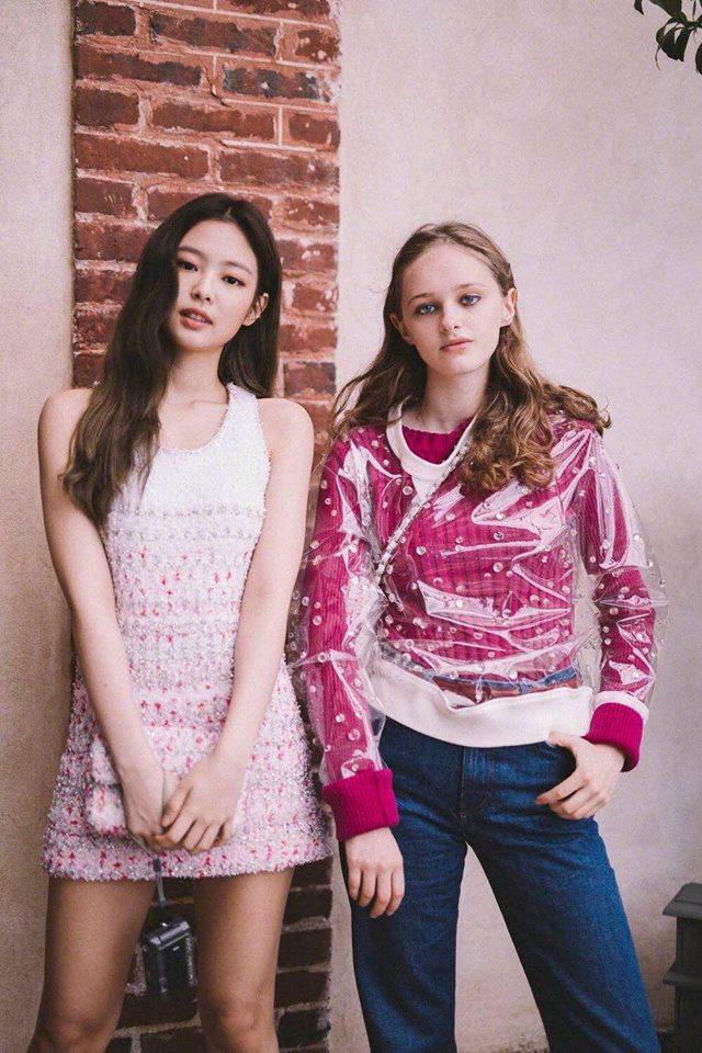 """Jennie diện chiếc đầm này tại một sự kiện thời trang ở Pháp, cô cũng giống Châu Bùi cũng chọn cho mình chiếc túi """"ton sur ton"""" với bộ váy đầm"""