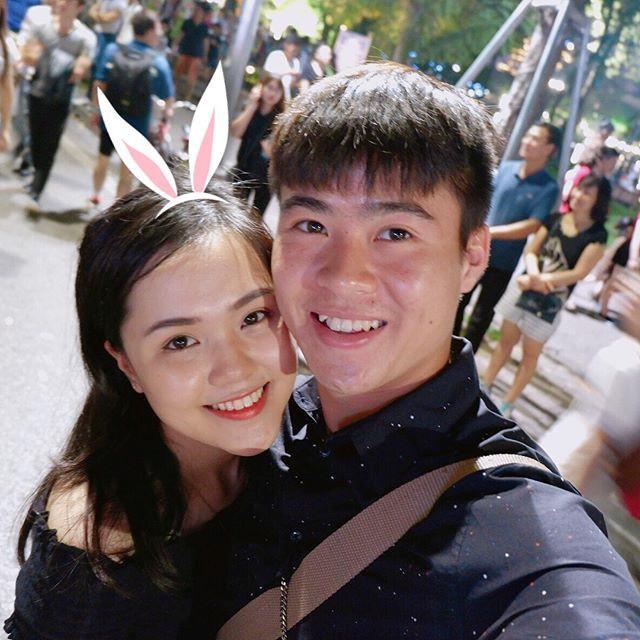 Đến nay, Duy Mạnh và Quỳnh Anh hẹn hò đã được hơn 2 năm. Ấn tượng đầu tiên của Quỳnh Anh về bạn trai là anh chàng cao ráo, có nụ cười hiền và làn da trắng nổi bật.