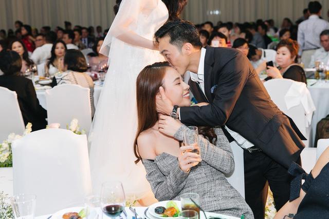 Cặp đôi còn gây chú ý trong dàn khách mời đám cưới Diệp Lâm Anh và thiếu gia Nghiêm Đức là doanh nhân Quốc Cường và bạn gái Đàm Thu Trang. Cả hai tự tin xuất hiện công khai bên nhau.