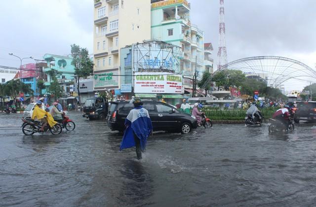 Ngập lụt xảy ra tại Cà Mau cũng ảnh hưởng không nhỏ tới đời sống và giao thông của người dân nơi đây. (Nguồn: Dân Trí)