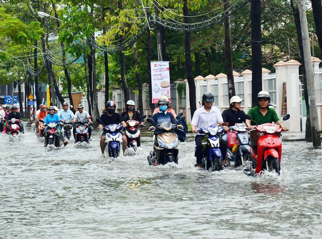 Mưa lụt gây ảnh hưởng nặng nề tới việc lưu thông trên các tuyến đường ( Nguồn: NLĐ)