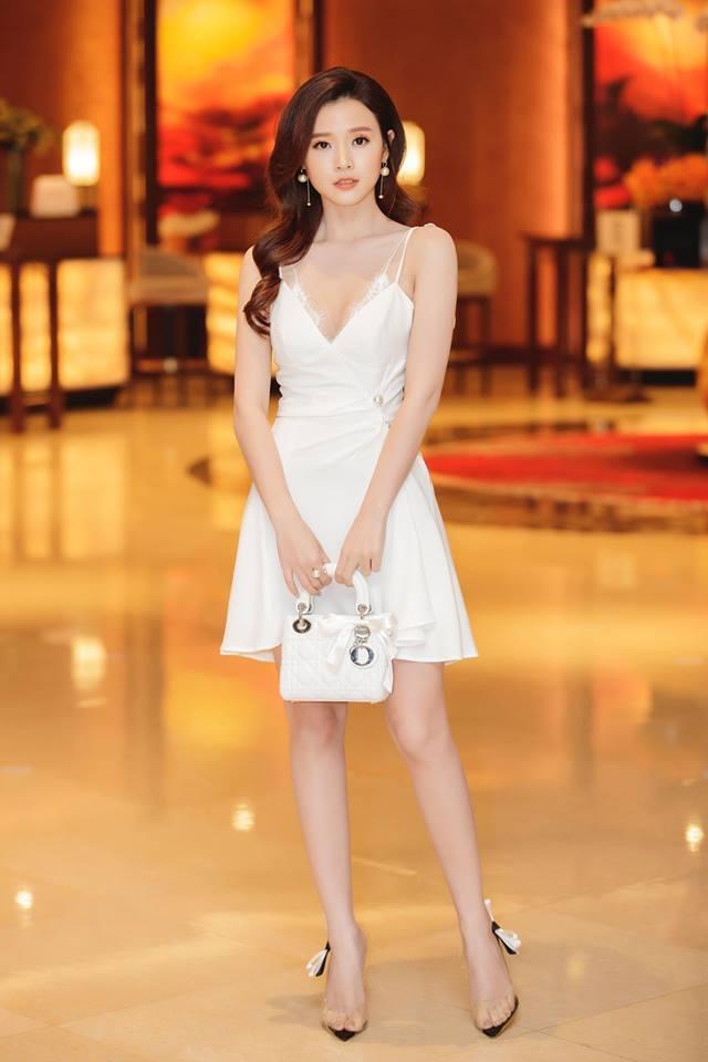 Vốn sở hữu làn da đẹp, vóc dáng thanh mảnh cũng như gương mặt thanh tú, không cần quá cầu kì trong việc trang điểm hay chọn thiết kế, chỉ những trang phục đơn giản như váy liền thân, chân váy…Midu cũng thật cuốn hút mỗi khi xuất hiện.