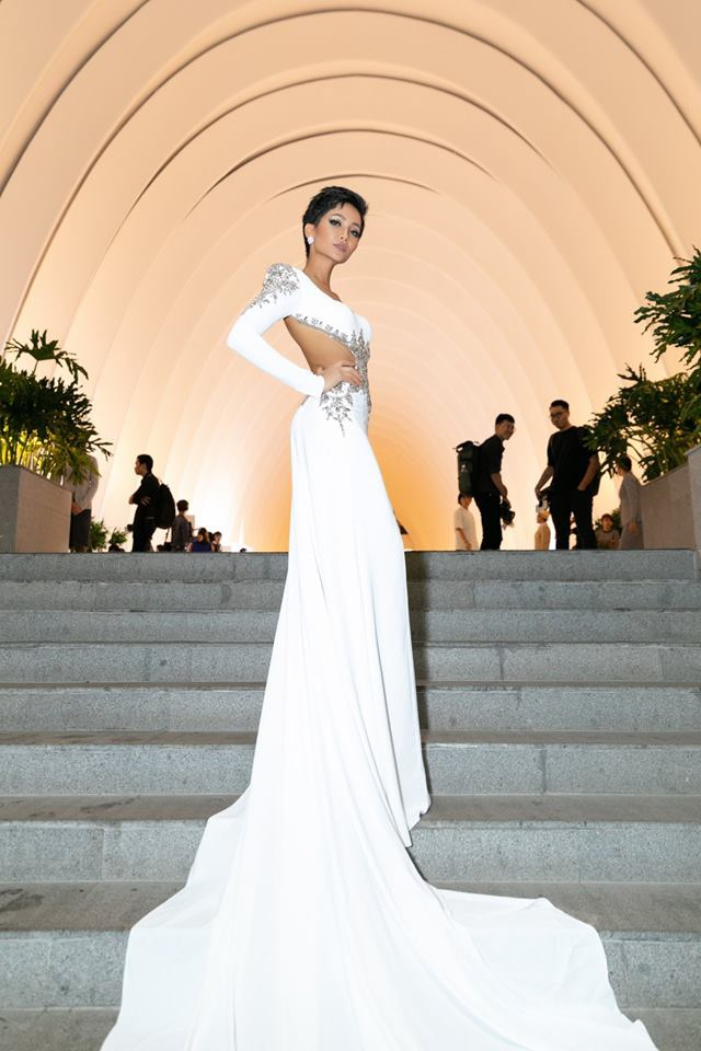 Còn nhớ bộ cánh trắng này là một trong những thiết kế dạ hội được H'Hen Niê cân nhắc diện trong đêm bán kết. Tuy nhiên cuối cùng thiết kế không được xuất hiện trên sân khấu. Song, sau đó lại được cô xúng xính ăn diện trên thảm đỏ trong nước.