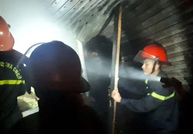 Lực lượng PCCC nhanh chóng có mặt tại hiện trường để triển khai công tác dập lửa. Ảnh: Dân Trí
