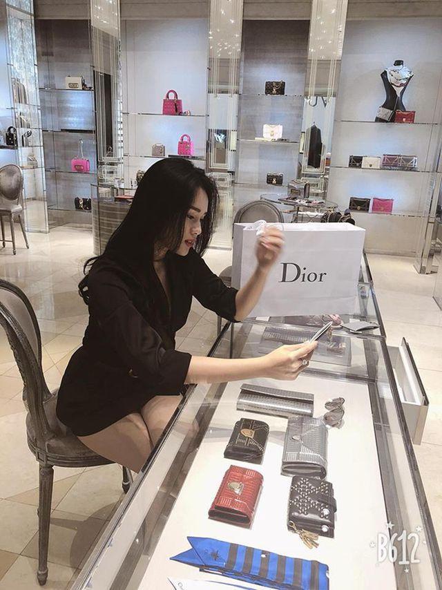 Mua sắm giày dép, túi xách Dior, Chanel với cô nàng là chuyện bình thường.