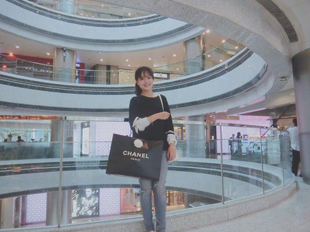 Cô thường xuyên mua sắm những món đồ của Chanel, Parada…