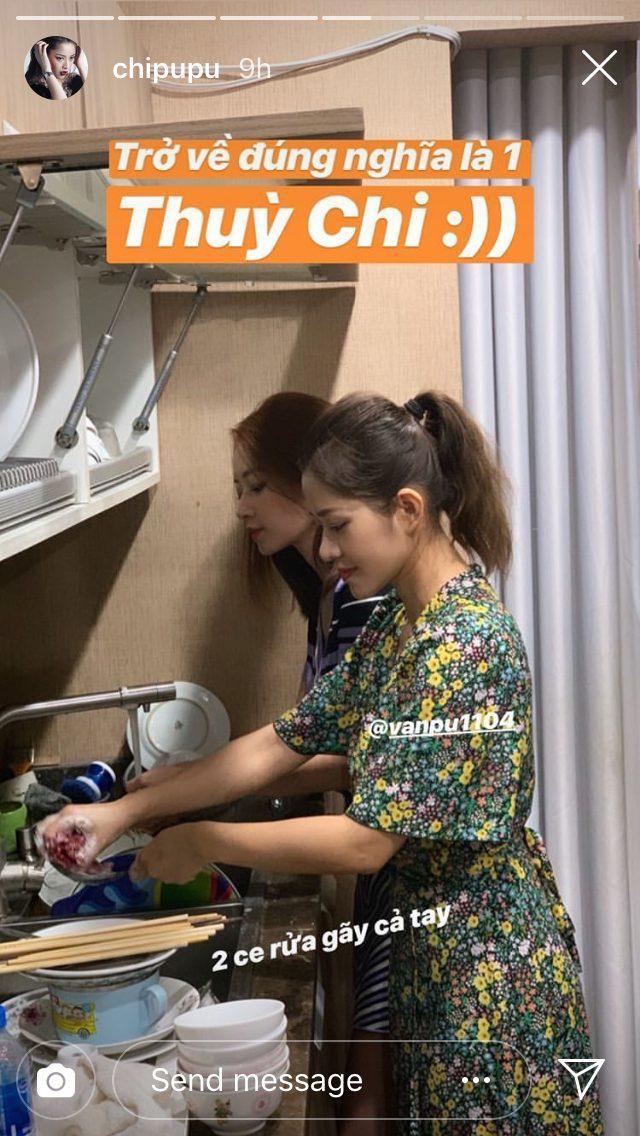 Chi Pu khoe ảnh rửa bát gãy cả tay cùng chị gái