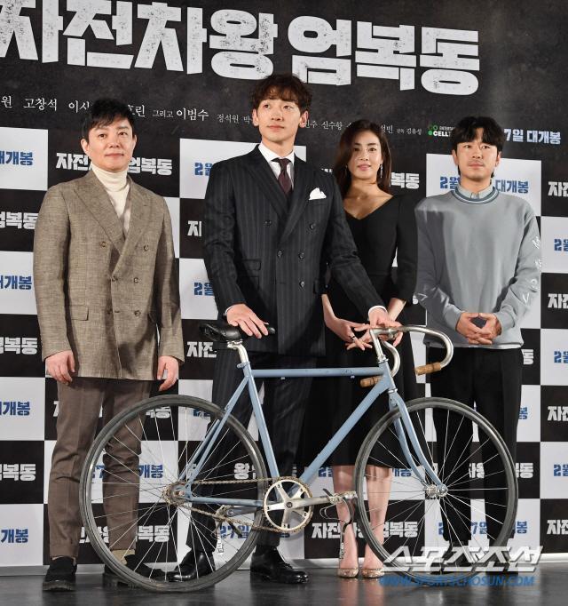 Họp báo Uhm Bok Dong: Min Hyorin vắng mặt, Kang Sora quyến rũ bên Bi Rain ảnh 14