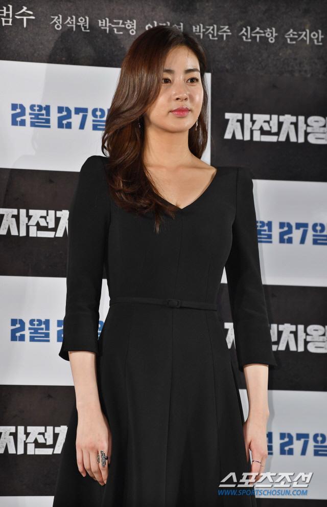 Họp báo Uhm Bok Dong: Min Hyorin vắng mặt, Kang Sora quyến rũ bên Bi Rain ảnh 6