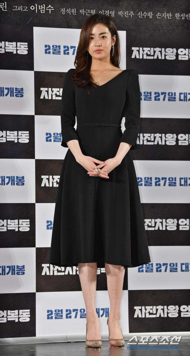 Họp báo Uhm Bok Dong: Min Hyorin vắng mặt, Kang Sora quyến rũ bên Bi Rain ảnh 7