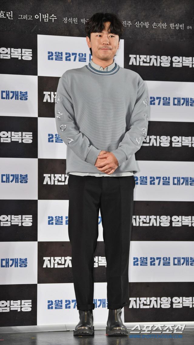 Họp báo Uhm Bok Dong: Min Hyorin vắng mặt, Kang Sora quyến rũ bên Bi Rain ảnh 12