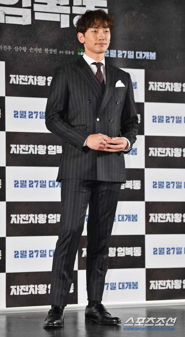 Họp báo Uhm Bok Dong: Min Hyorin vắng mặt, Kang Sora quyến rũ bên Bi Rain ảnh 1