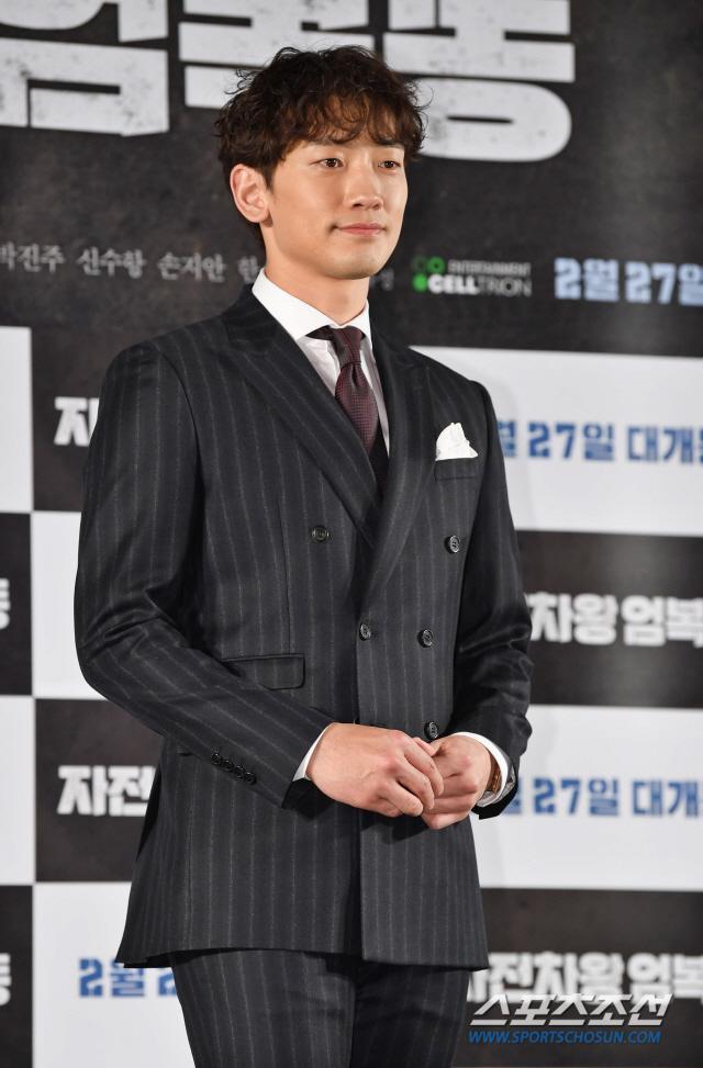 Họp báo Uhm Bok Dong: Min Hyorin vắng mặt, Kang Sora quyến rũ bên Bi Rain ảnh 2
