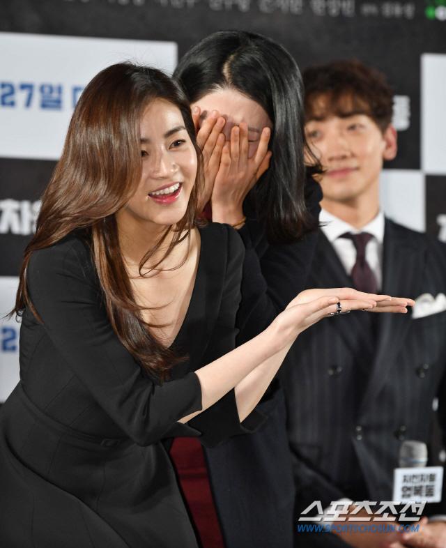 Họp báo Uhm Bok Dong: Min Hyorin vắng mặt, Kang Sora quyến rũ bên Bi Rain ảnh 17