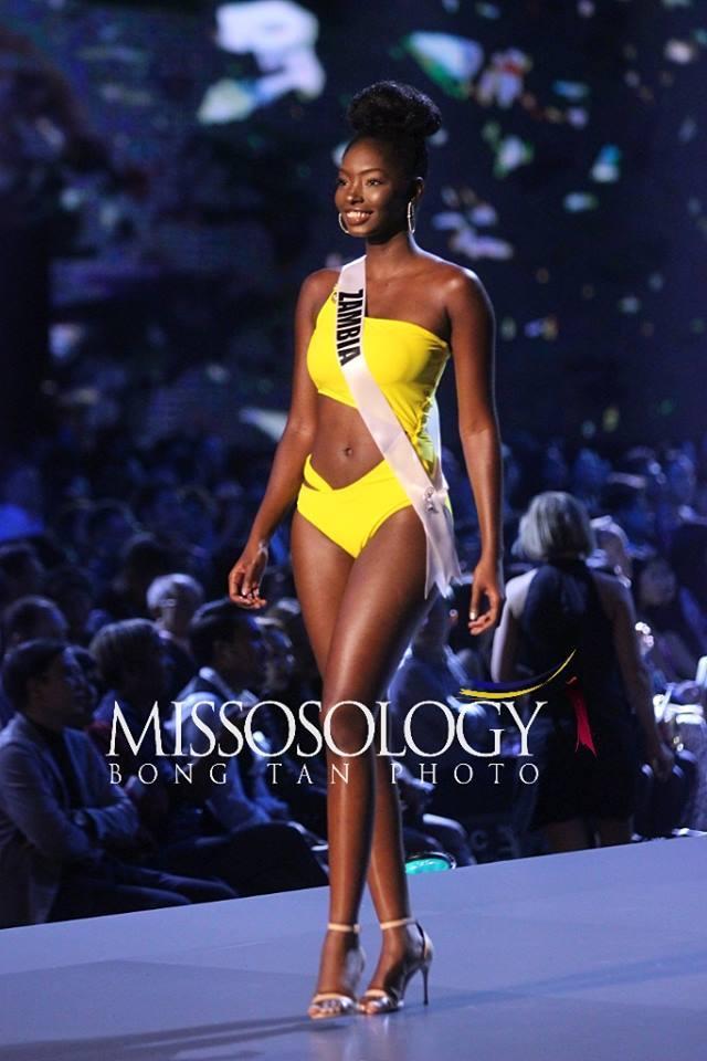 Hoa hậu Zambia trong phần thi áo tắm đêm bán kết Miss Universe 2018.