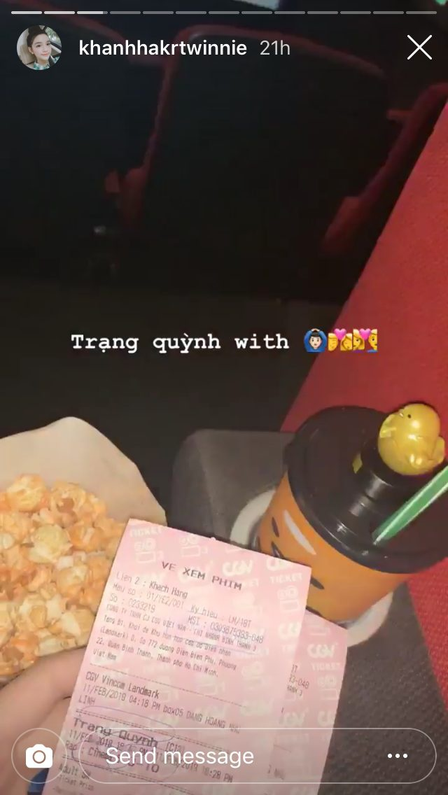 Cặp đôi cùng nhau đi xem phim
