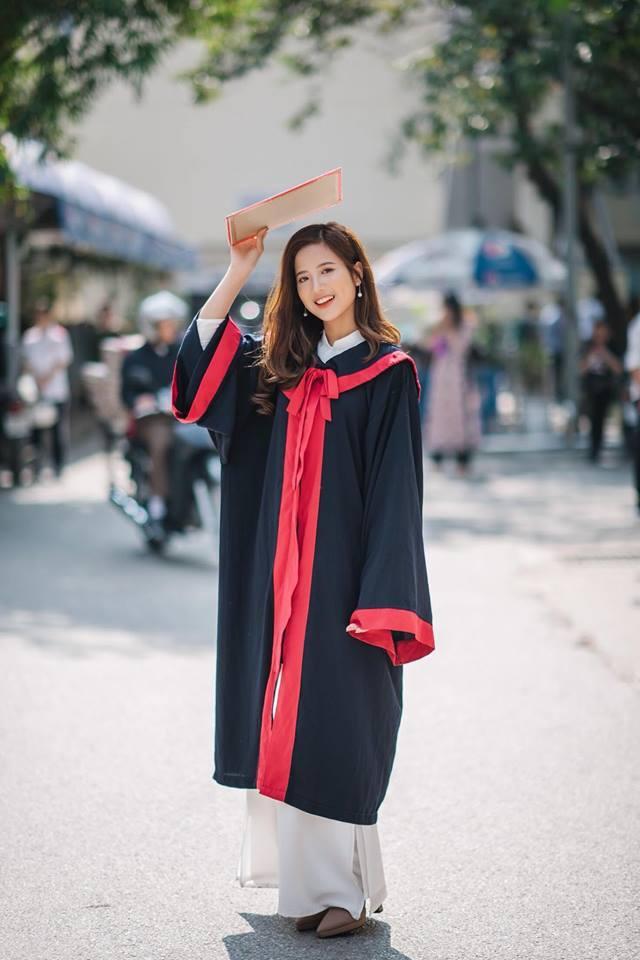Mới đây, cô khoe những hình ảnh tinh khôi trong bộ ảnh kỷ yếu, thay lời thông báo đến những người thân thiết rằng mình sắp tốt nghiệp và sẵn sàng bước qua ngưỡng cửa cuộc đời.