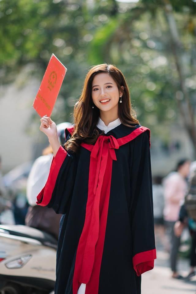 Không hổ danh là sinh viên ĐH Ngoại thương vừa xinh đẹp, vừa học giỏi, thành tích học tập của cô nàng rất đáng nể. Thúy Đoàn đỗ vào trường Đại học Ngoại thương với 25 điểm khối D.
