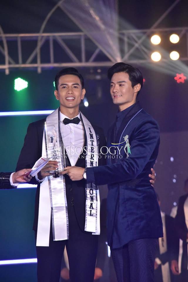 Anh chàng được trao giải bởi nam vương tiền nhiệm Hwan Lee.