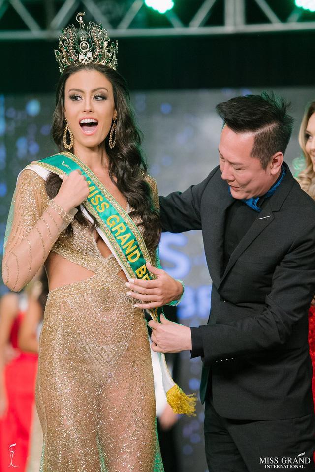 Cô nàng được trao sash bởi chủ tich Miss Grand International - Nawat Itsaragrisil.