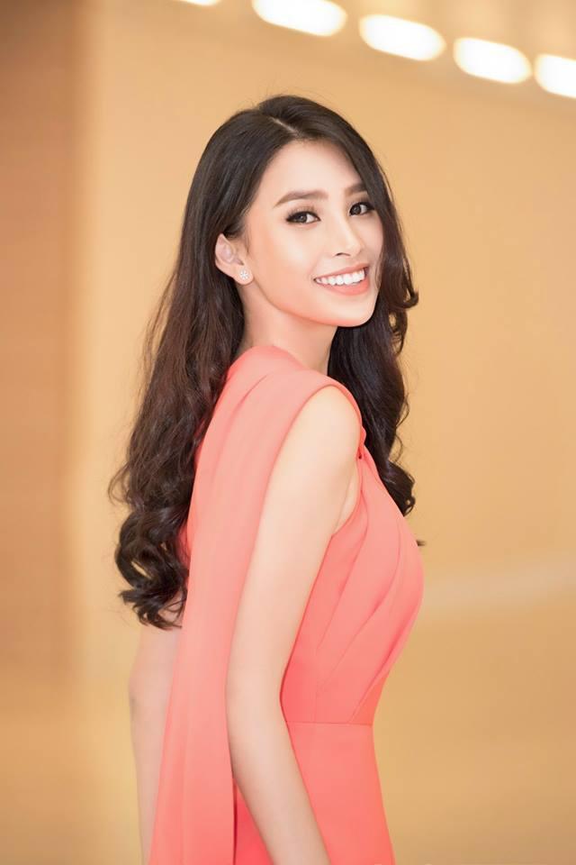 Hoa hậu Trần Tiểu Vy luôn khiến công chúng nhớ đến hình ảnh cô hoa hậu có nét đẹp lai tây với nụ cười tỏa nắng, lối trang điểm đơn giản nhẹ nhàng, đúng với hình ảnh của một cô nữ sinh và luôn thân thiện với bất kì ai tiếp xúc với cô nàng.