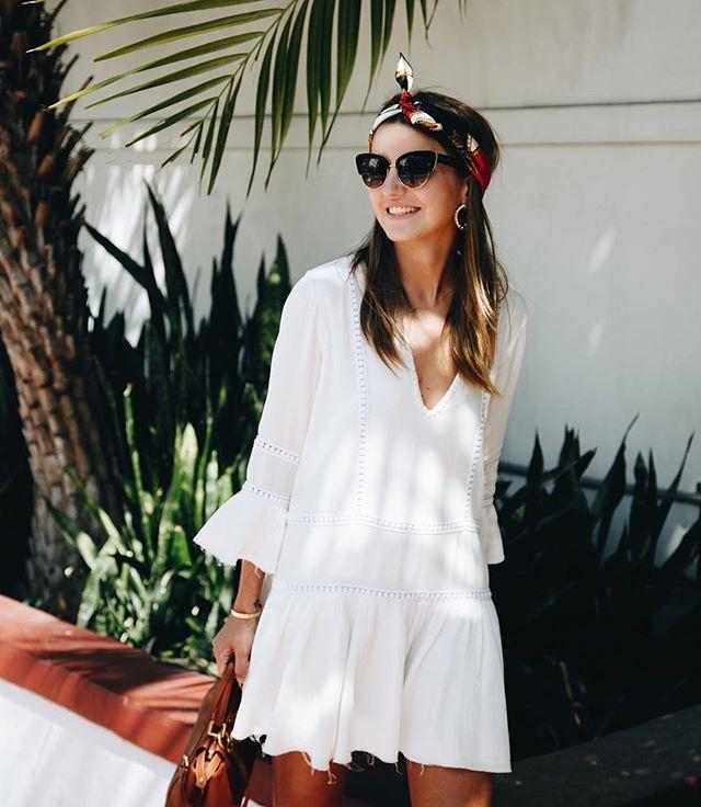 Một chiếc váy trắng boho xếp ly mix cùng các phụ kiện như kính mát đen và khăn turban thì vô cùng hoàn hảo