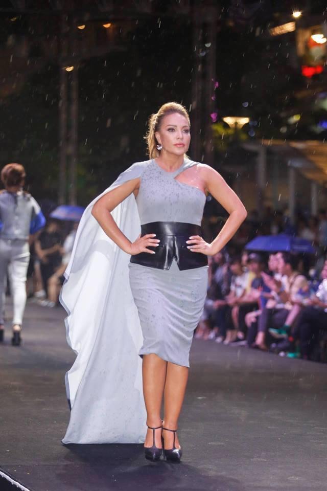 Thần thái đĩnh đạc, nét đẹp lai ấn tượng khiến Thanh Hà còn được nhiều NTK tin tưởng, cậy nhờ làm người mẫu thể hiện trong các show thời trang.